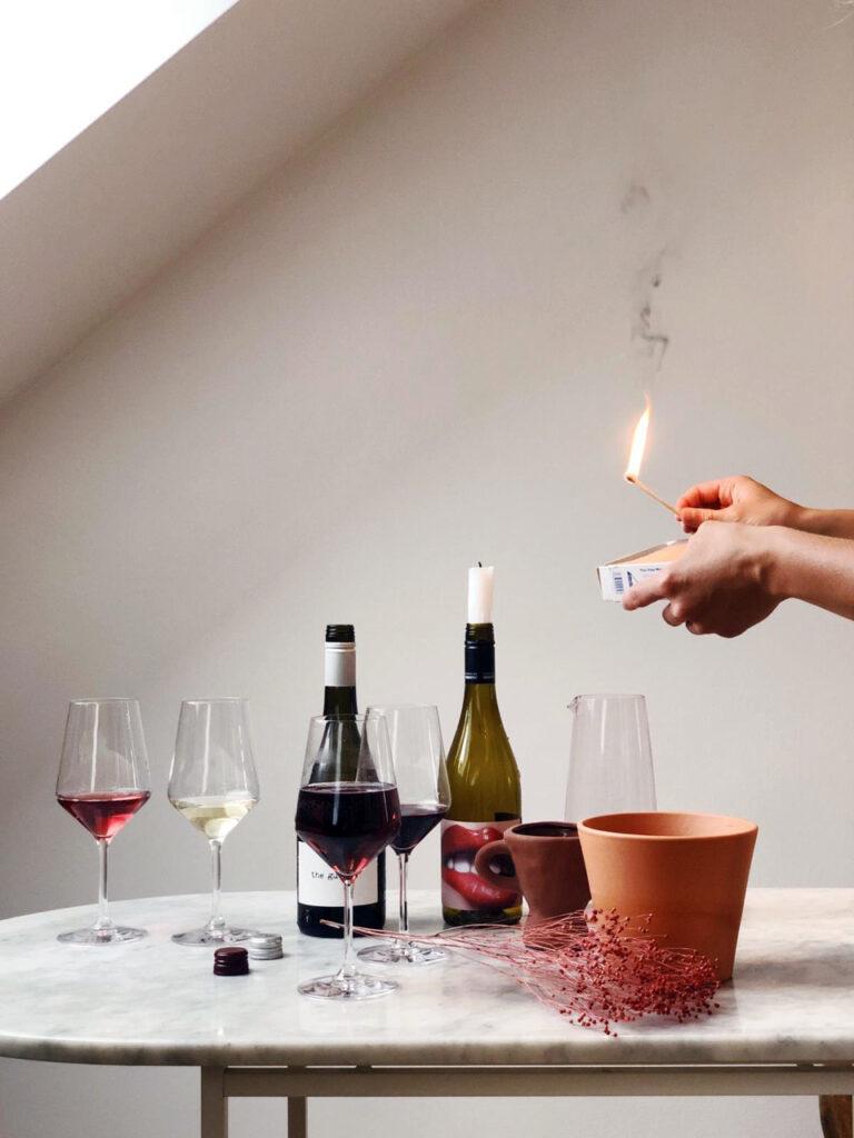 Wein, Weinflaschen, Streichholz, Feuer, Weißwein, Rotwein, Wine, Drinks, Bar, Weinbar, Marmortisch